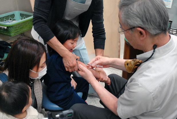 インフルエンザの予防接種を受ける子ども=北九州市小倉北区で2015年12月21日、大場伸也撮影