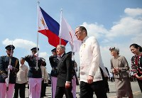 フィリピン訪問の日程を終え、アキノ大統領の先導で政府専用機に向かわれる天皇、皇后両陛下=フィリピン・マニラのニノイ・アキノ国際空港で2016年1月30日午前11時49分(代表撮影)