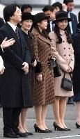 フィリピンから帰国された天皇、皇后両陛下を出迎えられる秋篠宮ご夫妻、眞子さま、佳子さま=羽田空港で2016年1月30日午後4時41分、徳野仁子撮影