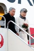フィリピンから帰国された天皇、皇后両陛下=羽田空港で2016年1月30日午後4時50分、森田剛史撮影