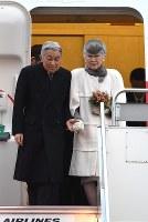 フィリピンから帰国された天皇、皇后両陛下=羽田空港で2016年1月30日午後4時50分、徳野仁子撮影