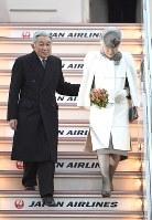 フィリピンから帰国されタラップを降りる天皇、皇后両陛下=羽田空港で2016年1月30日午後4時50分、徳野仁子撮影