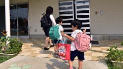 保育園に到着した子供たちと母親=埼玉県鶴ヶ島市のかこのこ保育園で2015年8月4日、関口純撮影