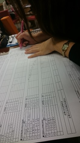 転職セミナーでライフプランに必要性なお金を計算する女性参加者=東京都新宿区で