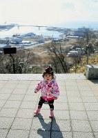 震災から2年。藤井稟ちゃん(1)は一人で歩けるまでになっていた。被災した街を見下ろす日和山で、母の恵さんは「この子が大きくなった時、街は復興しているかな」とつぶやいた=宮城県石巻市で2013年2月21日、森田剛史撮影