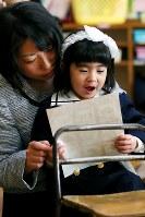 4歳の誕生日に幼稚園に入園した藤井稟ちゃんは、活発な女の子に成長していた。左は母恵(めぐ)さん=2015年4月11日、森田剛史撮影
