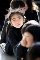 幼稚園のクリスマスの集いで笑顔を見せながら演劇の出番を待つ藤井稟ちゃん=宮城県東松島市の同市コミュニティセンターで2015年12月15日、森田剛史撮影