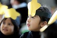 幼稚園のクリスマスの集いで演劇の出番を待つ間、先生の話を真剣に聴く藤井稟ちゃん=2015年12月15日、森田剛史撮影