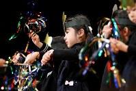 幼稚園のクリスマスの集いで、壇上で踊る藤井稟ちゃん=2015年12月15日、森田剛史撮影