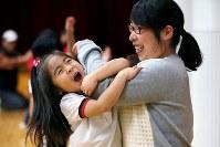 親子体操教室で母恵さんに抱きつき、喜ぶ藤井稟ちゃん(左)=宮城県石巻市の石巻カトリック幼稚園で2015年12月16日、森田剛史撮影
