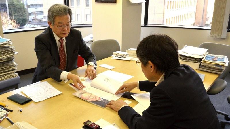 NPO法人「広報駆け込み寺」代表の三隅説夫さん。手前は今沢真・経済プレミア編集長