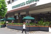 ジャカルタの自爆テロで被害を受け、1日に営業を再開した「スターバックス」=2016年2月1日午後、平野光芳撮影