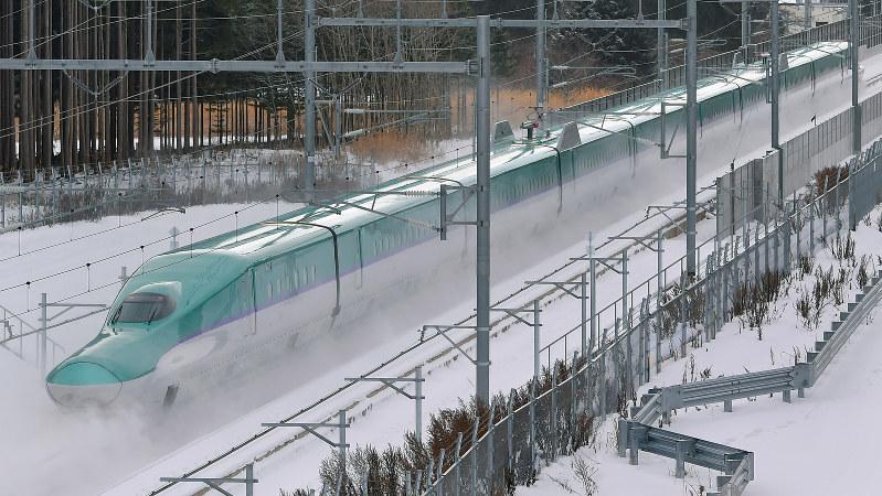 試験走行する北海道新幹線H5系車両=北海道木古内町で2014年12月、手塚耕一郎撮影
