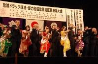 参加者とともに、「危険ドラッグを撲滅するZ(ゼーット)!」と宣言するももいろクローバーZのメンバーら=豊島公会堂で