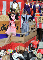Actress Haru, front left, throws beans during the Setsubun festival at Naritasan Fudoson temple in Neyagawa, Osaka Prefecture, on Feb. 3, 2016. Pictured at right is actor Hiroshi Tamaki. (Mainichi)