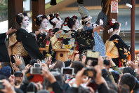 Geisha and apprentices throw packets of beans during the Setsubun festival at Yasaka Shrine in Kyoto's Higashiyama Ward on Feb. 2, 2016. (Mainichi)