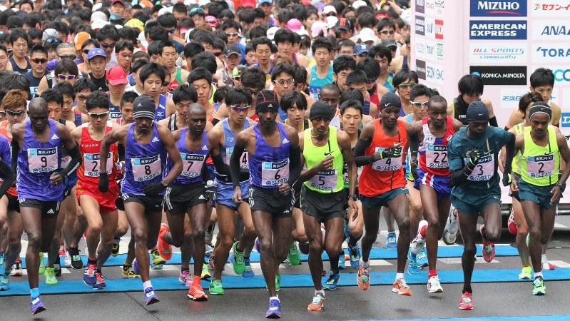 2015東京マラソンで一斉にスタートする選手たち=東京都新宿区の都庁前で2015年2月22日、山本晋撮影