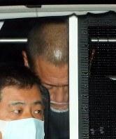 送検のため、警視庁を出る清原和博容疑者(奥)=東京都千代田区で2016年2月4日午前8時42分、小川昌宏撮影