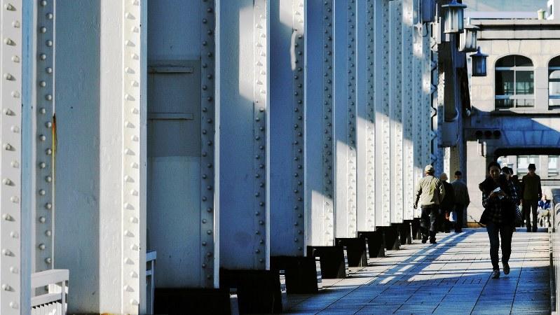 東京・勝鬨橋で関口純撮影