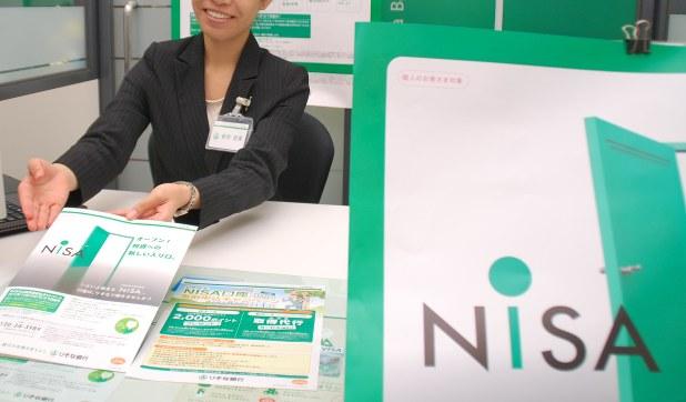 NISAの特徴を説明する銀行員=2013年10月、宇都宮裕一撮影