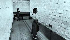 公開された求人票を見る女子学生=1990年、早稲田大で