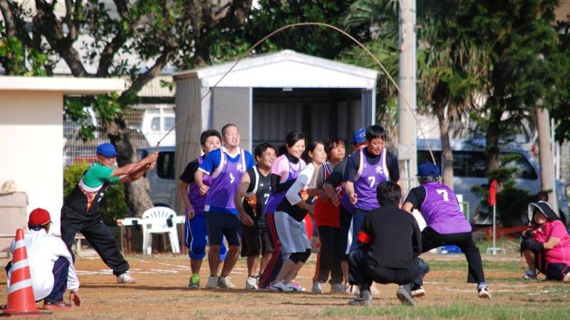 島の集落ごとの対抗戦で行われる運動会の様子。長縄跳びにも力が入ります=2015年11月、筆者提供