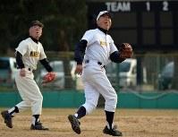 グラウンドで懸命にボールを追う松本友夫さん(右)=京都府亀岡市で、小松雄介撮影