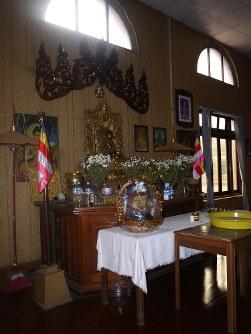アウンサン将軍が暗殺された会議室。1952年以降、祈りの場になっているようだ=春日孝之撮影