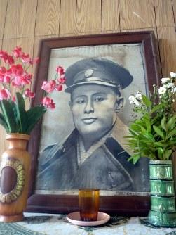 アウンサン将軍が暗殺された会議室の壁に掲げられた将軍の肖像。いつも水と花が供えられている=春日孝之撮影