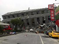 倒壊した建物=台湾南部の台南市で2016年2月6日、鈴木玲子撮影