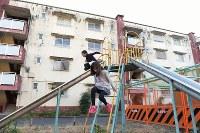 アパートの公園で遊ぶ近所の小学生。最盛期は滑り台やジャングルジムなどの遊具に子どもたちが列を作るほどだった=2016年1月4日、内藤絵美撮影