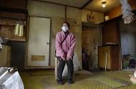 引っ越し荷物の搬出を終えた矢部キクさん。「ここでの思い出をあげたらきりがないですよ」と家具がなくなった部屋にゆっくりと腰を下ろした=2016年1月11日、内藤絵美撮影