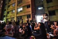 2年前の夏、神宮外苑花火大会を見にアパート敷地内を埋める人たち=2014年8月16日、内藤絵美撮影