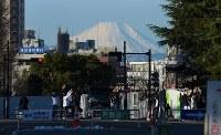 明治神宮外苑から望む富士山。国立競技場の解体によりその姿が現れた。「昔はアパートから富士山が見えた」と住民が懐かしそうに話した=2016年1月21日、内藤絵美撮影