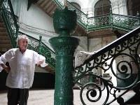 南棟のバロック様式のらせん階段のそばに立ち、改修を指揮するフランス人デザイナーのパトリック・ロバート氏