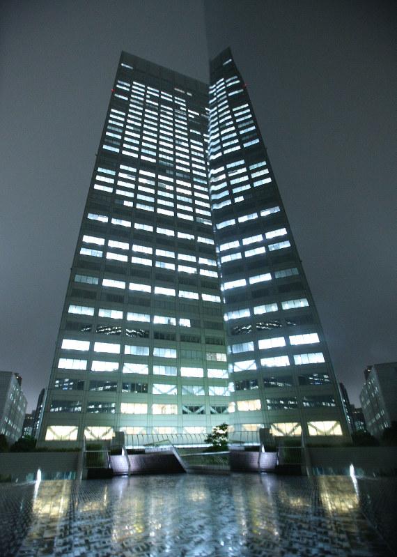 東芝本社のビル。右はオブジェの鏡面=2015年9月、後藤由耶撮影