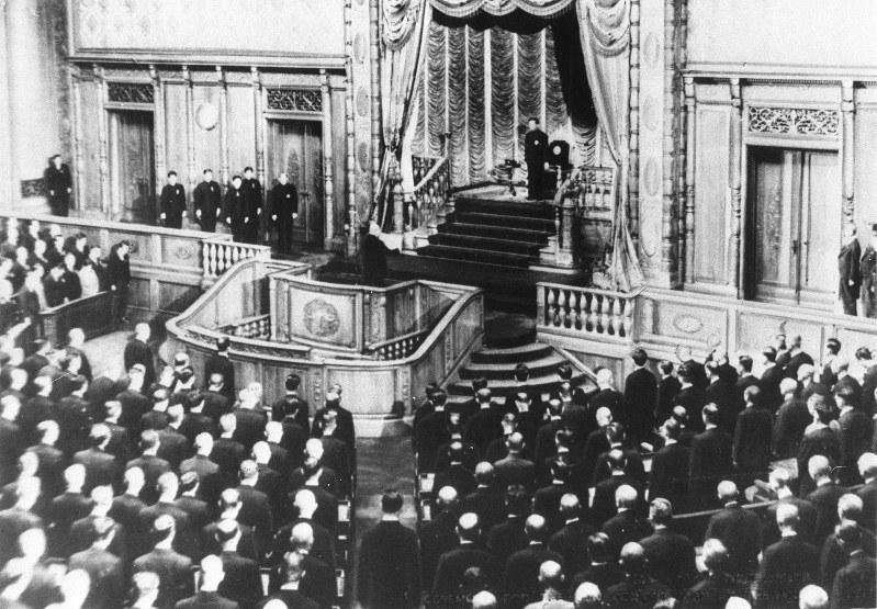 Listening:<毎日新聞1946>新憲法の政府草案を歓迎 ...