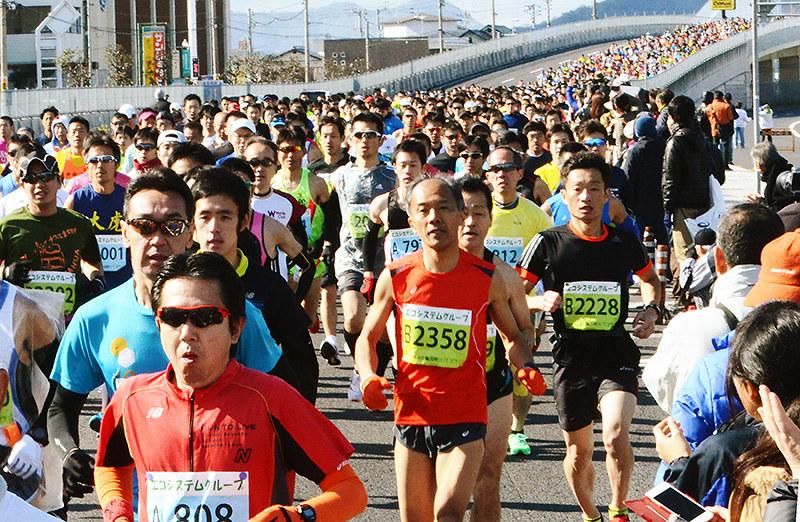 755cbea05e 第70回記念香川丸亀国際ハーフマラソン大会で讃岐路を走るランナー=香川県丸亀市で、古川宗撮影