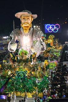 五輪旗を背に行進する巨大な山車=ブラジル・リオデジャネイロのカーニバル大会で2016年2月8日午前3時45分、朴鐘珠撮影
