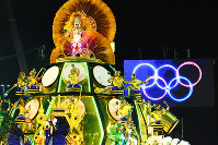 五輪旗を背に出発した豪華な山車=ブラジル・リオデジャネイロのカーニバル大会で2016年2月8日午前2時35分、朴鐘珠撮影