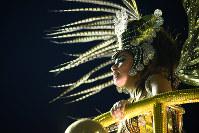山車の上で踊る女性=ブラジル・リオデジャネイロのカーニバル大会で2016年2月8日午前2時21分、朴鐘珠撮影