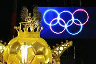 五輪旗を背に出発した山車=ブラジル・リオデジャネイロのカーニバル大会で2016年2月8日午前2時17分、朴鐘珠撮影