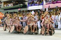 車椅子の踊り子たちは多い=ブラジル・リオデジャネイロのカーニバル大会で2016年2月7日午後11時2分、朴鐘珠撮影