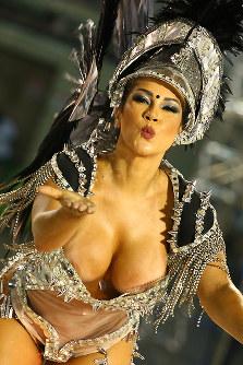 カメラに向かって投げキスをしてくれた=ブラジル・リオデジャネイロのカーニバル大会で2016年2月8日午前4時28分、朴鐘珠撮影