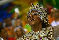 サンバを躍る女性=ブラジル・リオデジャネイロのカーニバル大会で2016年2月7日午後9時46分、朴鐘珠撮影
