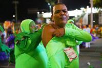 出番前に全身タイツを着て仮装の準備をする男性=ブラジル・リオデジャネイロのカーニバル大会で2016年2月8日午前3時8分、朴鐘珠撮影