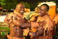 出番前に体に絵の具を塗り合って仮装を仕上げていく男性=ブラジル・リオデジャネイロのカーニバル大会で2016年2月8日午前3時0分、朴鐘珠撮影