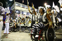 車椅子でサンバを躍る女性(右)=ブラジル・リオデジャネイロのカーニバル大会で2016年2月8日午前2時26分、朴鐘珠撮影