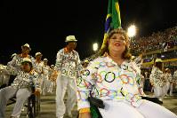 車椅子でサンバを踊る女性(右)=ブラジル・リオデジャネイロのカーニバル大会で2016年2月7日午後11時58分、朴鐘珠撮影