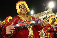 楽器を鳴らす男性=ブラジル・リオデジャネイロのカーニバル大会で2016年2月7日午後11時37分、朴鐘珠撮影